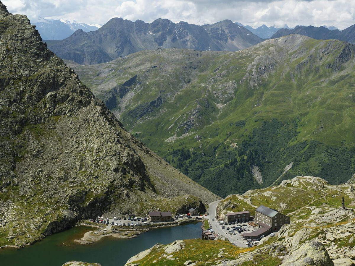 Перевал Сен-Бернар над тоннелем. Вид на Италию c римской дороги. Статуя Сен-Бернар - в правом углу.